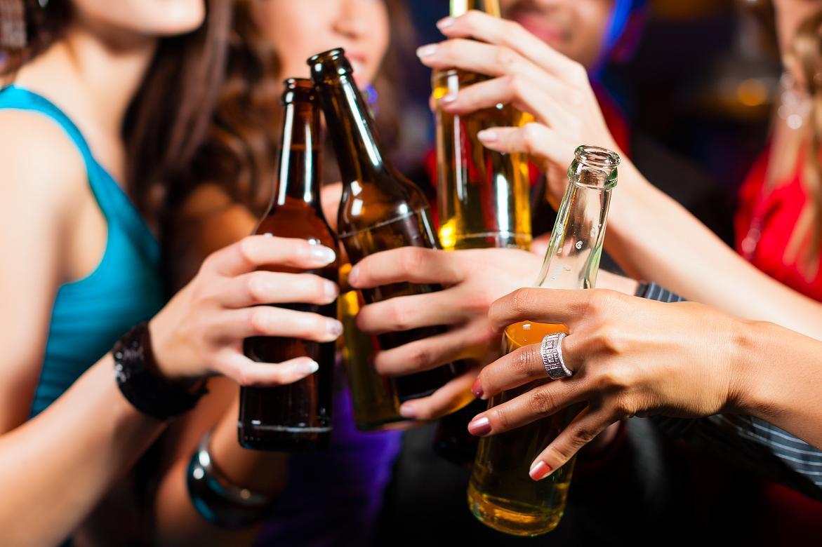 Resultado de imagem para fotos jovens bebendo de uso publico