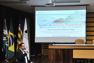 O psicólogo Armando Ribeiro durante palestra.