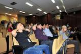 Membros e servidores participam da oficina ministrada pela professora Mônica.