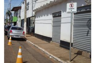 Cones e placas são colocados para fazer reserva irregular de estacionamento